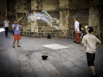 Ejecutante de la calle con las burbujas gigantes imagen de archivo