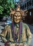 Ejecutante de la calle del barrio francés de New Orleans en Mardi Gras Mask Foto de archivo