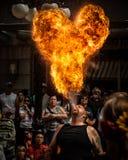 Ejecutante de la calle del respiradero del fuego y bola de la llama Fotografía de archivo