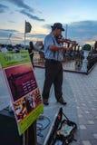 Ejecutante de la calle del violín en la ciudad Tailandia de Bangkok del paseo del río de Yodpiman fotografía de archivo