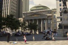 Ejecutante de la calle en d'Armes del lugar delante del banco de Montreal Fotos de archivo libres de regalías