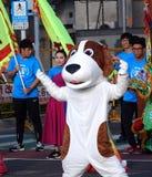 Ejecutante de la calle en un traje del perro Imágenes de archivo libres de regalías