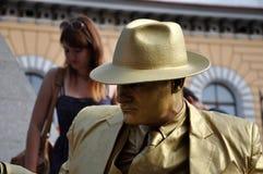 Ejecutante de la calle, estatua viva en traje de oro Fotos de archivo libres de regalías