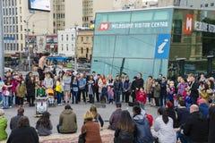 Ejecutante de la calle que se realiza en el cuadrado de la federación en Melbourne Imagenes de archivo