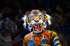 Ejecutante de la danza del tigre con la máscara Imagen de archivo