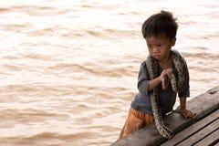 Ejecutante de la serpiente del niño Foto de archivo