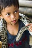 Ejecutante de la serpiente del niño Fotografía de archivo