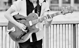 Ejecutante del adolescente que toca una guitarra eléctrica Fotografía de archivo