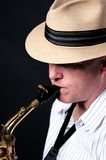 Ejecutante del saxofón aislado en negro foto de archivo libre de regalías