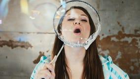 Ejecutante femenino en la demostración del mago de las burbujas de jabón almacen de metraje de vídeo