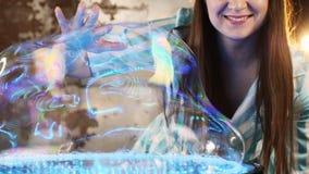 Ejecutante femenino en la demostración del mago de las burbujas de jabón metrajes