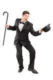 Ejecutante joven con gesticular del bastón y del sombrero Imágenes de archivo libres de regalías