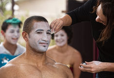 Ejecutante joven que consigue maquillaje Foto de archivo libre de regalías