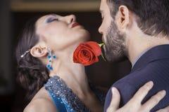 Ejecutante que detiene a Rose In Mouth While Performing con el socio imágenes de archivo libres de regalías