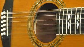 Ejecutante que juega en la guitarra acústica Instrumento musical con las manos del guitarrista almacen de video