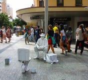 Ejecutante vivo de la calle de la estatua en la acera - pesca del pescador en un toliet - Brisbane Queensland Australia 23 de nov imágenes de archivo libres de regalías