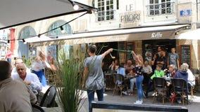 Ejecutantes acrobáticos de la calle en Nantes Francia almacen de video