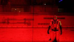 Ejecutantes en batalla medieval del traje durante el torneo almacen de metraje de vídeo