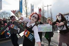 Ejecutantes en el desfile del día del St. Patrick de Galway Imagen de archivo