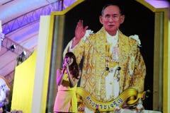 Ejecutantes en la etapa para el cumpleaños del rey tailandés, a fotos de archivo libres de regalías