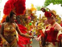 Ejecutantes femeninos del carnaval de Notting Hill en Londres, Inglaterra Fotos de archivo