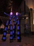 Ejecutantes iluminados de la calle, caminante del zanco para Sydney Vivid a Fotos de archivo