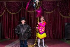 Ejecutantes jovenes con los globos en etapa Foto de archivo
