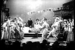 Ejecutantes que bailan en etapa almacen de metraje de vídeo