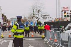 Ejecutantes y oficiales de policía en el parad 2018 del ` s de St Patrick Fotos de archivo