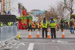 Ejecutantes y oficiales de policía en el parad 2018 del ` s de St Patrick Fotografía de archivo