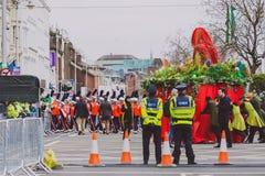 Ejecutantes y oficiales de policía en el parad 2018 del ` s de St Patrick Imagenes de archivo