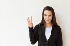 Ejecutivo de operaciones de la mujer que muestra gesto de mano de 3 o tres fingeres Fotos de archivo libres de regalías