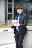Ejecutivo de operaciones de sexo masculino asiático joven que usa la tableta Fotos de archivo