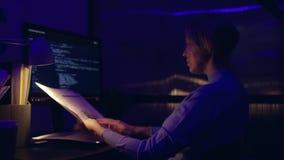 Ejecutivo de operaciones frustrado cansado que trabaja tarde en la noche en la oficina, ?l est? mirando fijamente la pantalla de  almacen de video