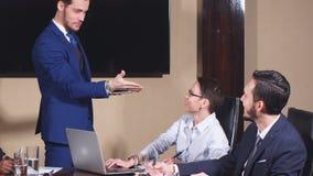 Ejecutivo de operaciones que entrega la presentaci?n a los colegas durante la reuni?n almacen de metraje de vídeo