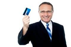 Ejecutivo de operaciones que sostiene la tarjeta de crédito Fotos de archivo