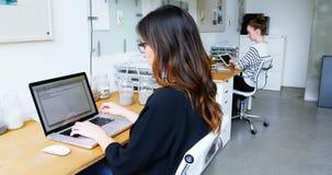 Ejecutivo de operaciones que usa el ordenador portátil