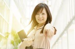 Ejecutivo de sexo femenino asiático joven que señala en usted Imagen de archivo