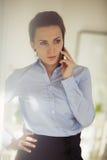 Ejecutivo de sexo femenino que usa el teléfono móvil Imagen de archivo