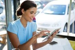 Ejecutivo de sexo femenino que usa la tableta digital en el café imágenes de archivo libres de regalías