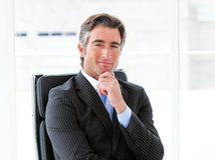 Ejecutivo de sexo masculino ambicioso que se sienta en su oficina Imagen de archivo libre de regalías