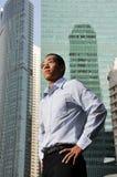 Ejecutivo de sexo masculino elegante con los altos edificios de la estructura Fotos de archivo libres de regalías
