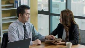 Ejecutivo empresarial asiático que habla en oficina almacen de metraje de vídeo