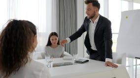 Ejecutivo furioso en la tabla, jefe enojado del retrato con el subordinado de la oficina en la sala de reunión, problemas en trab