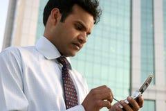 Ejecutivo indio que invita al teléfono móvil Fotos de archivo libres de regalías