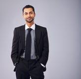 Ejecutivo joven en traje de negocios imagen de archivo