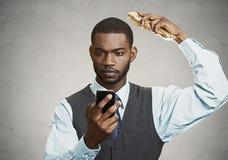 Ejecutivo ocupado que sostiene el teléfono elegante Fotografía de archivo