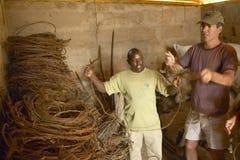 Ejecutivo Officer, Wayne Pacelle de la sociedad humana, revisando las trampas animales en David Sheldrick Wildlife Trust en el na Foto de archivo libre de regalías