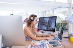 Ejecutivo sonriente que trabaja en el ordenador portátil Imágenes de archivo libres de regalías