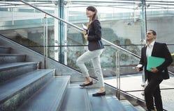 Ejecutivos de negocios que caminan en las escaleras fuera de la plataforma Foto de archivo